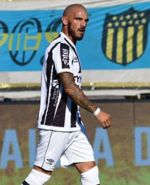 Damián Macaluso luego de anotar el gol en contra a favor de Peñarol. Foto: Marcelo Bonjour