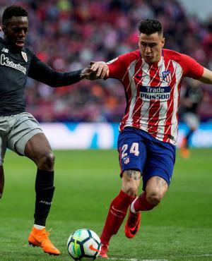 Diego Godín y José María Giménez en la marca a Iñaki Williams en el Atlético de Madrid vs. Athletic de Bilbao. Foto: EFE