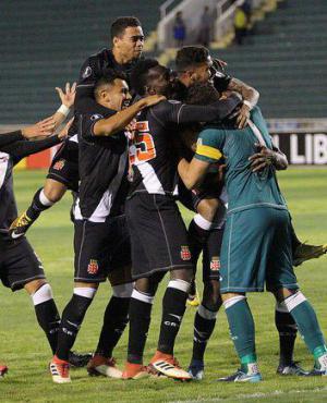 Martín Silva es abrazado por sus compañeros al atajar el penal. Foto: Prensa Vasco da Gama