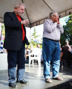 """En un gesto a sus anfitriones """"gaúchos"""" Lula tomó mate y elogió varias veces a Mujica. Foto: Reuters"""