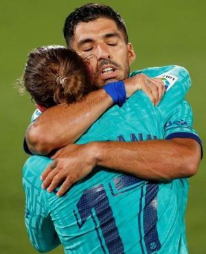 El festejo de Suárez y Griezmann tras un gol del Barcelona. Foto: Reuters.