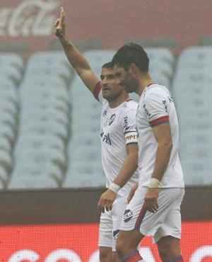 Bergessio celebra su primer gol en un clásico ante Peñarol.