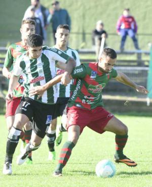 Fricción. Michel Araujo y Nicolás Barán luchan por llevarse la pelota. Foto: Marcelo Bonjour