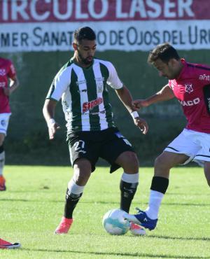 El duelo entre Franco Romero y Sergio Blanco en el Racing-Wanderers. Foto: Marcelo Bonjour