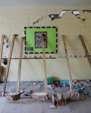 Algunas partes del Colegio Rébsamen debieron ser sostenidas con palos. Foto: Reuters