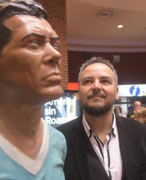 """Obdulio Varela: Alberto Morales junto a su última obra de """"El negro jefe"""". Foto: F. Flores"""