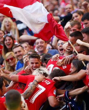 El festejo del Atlético de Madrid con sus hinchas. Foto: Reuters