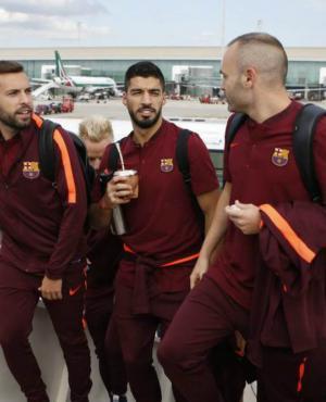 Luis Suárez subiendo al avión junto a Jordi Alba y Andrés Iniesta