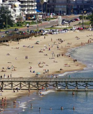 Playas: cientos de personas aprovecharon el tiempo soleado para bañarse en las aguas puntaesteñas. Foto: R. Figueredo
