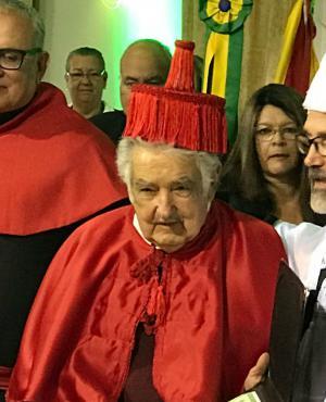 A Mujica le costó ponerse el sombrero de la universidad brasilera. Foto: El País