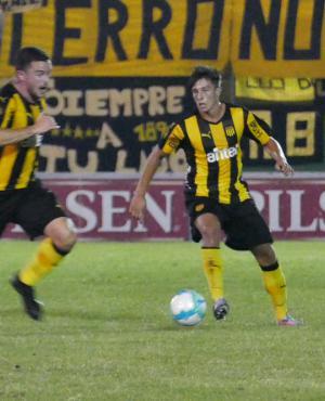 Tándem. El de Lucas Hernández y Agustín Canobbio, por izquierda, fue de lo más interesante de Peñarol en estos primeros partidos. Se entienden bien. Foto: Ricardo Figueredo