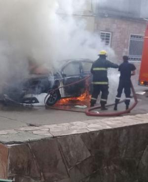 Bomberos trabaja en auto robado que usaron para asalto en casino. Foto: Elisa Alvarez