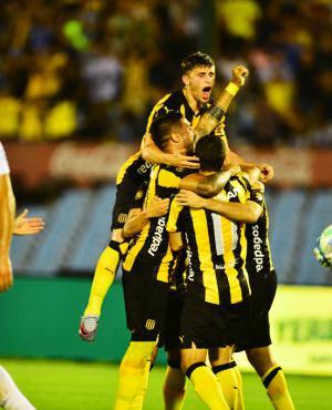 El festejo aurinegro luego del 1-0. Foto: Gerardo Pérez