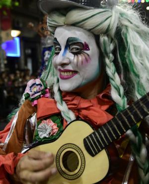 Murga Cayo la Cabra en el desfile inaugural de Carnaval 2018 por Av. 18 de Julio en Montevideo