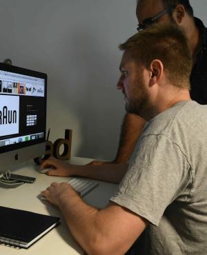 Enfoque. Los diseñadores crean logos más directos y simples para conectar a las marcas con sus consumidores.