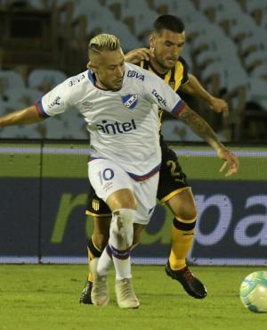 Rodrigo Amaral y Fabricio Formiliano en el clásico Peñarol vs. nacional