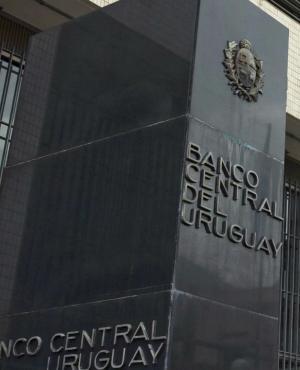 BCU dio la posibilidad a bancos a que no recatogoricen clientes por hasta 180 días. Foto: Archivo El País