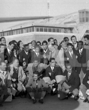 Amigos, allegados y hasta niños se mezclan con los integrantes de la delegación uruguaya de fútbol en la pista del Aeropuerto de Carrasco, el día de la partida hacia Brasil. Foto: Archivo El País