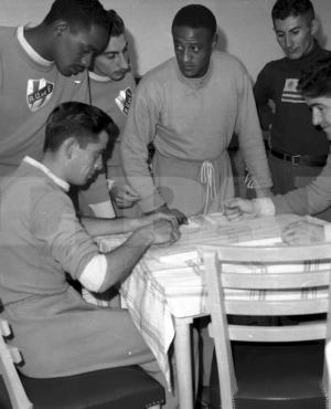 Ya en Brasil, los integrantes del plantel uruguayo para el Mundial del 50 se entretienen con juegos de mesa. Foto: Archivo El País