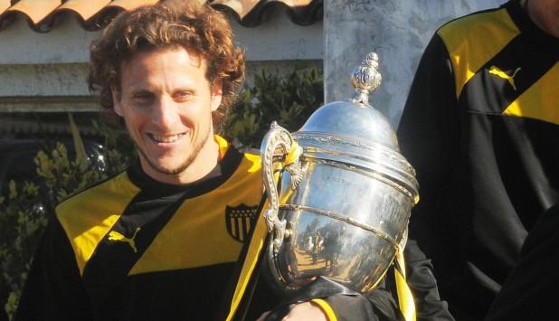 Diego Forlán en Los Aromos con el trofeo de Campeón Uruguayo. Foto: Ariel Colmegna.