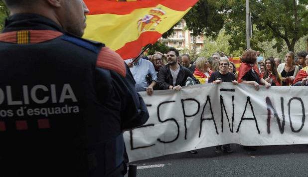 Los Mossos d'Esquadra controlan una manifestación antirreferéndum. Foto: AFP.