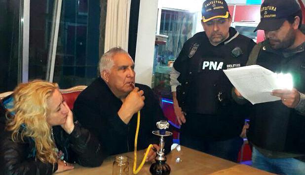 Medina fumaba mientras lo detenían. Foto: CEDOC – Centro de documentación virtual