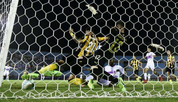 Ramón Arias saca la pelota en la línea. Foto: Gerardo Pérez