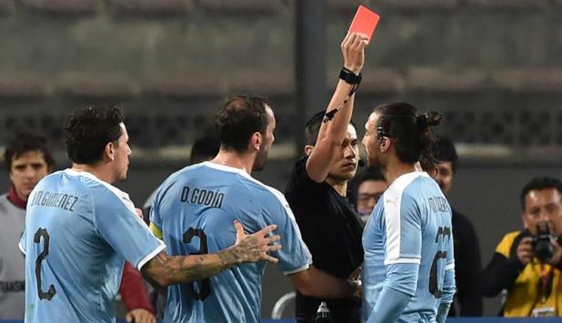Martín Cáceres - Uruguay vs. Perú. Foto: AFP