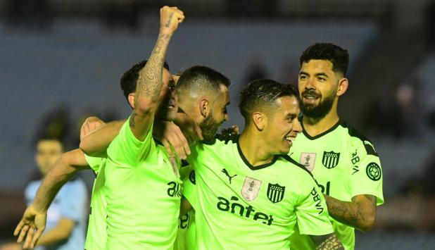 La camiseta alternativa de Peñarol en el partido ante Rampla Juniors. Foto: Marcelo Bonjour.