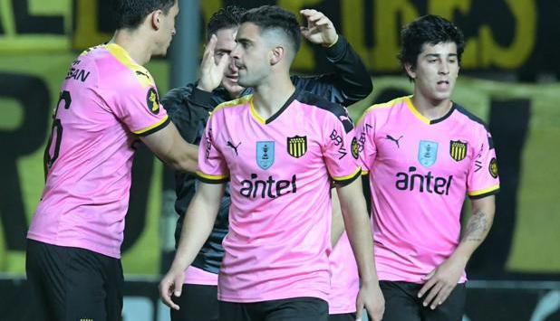 La camiseta rosada de Peñarol que estrenó el domingo. Foto: Gerardo Pérez.