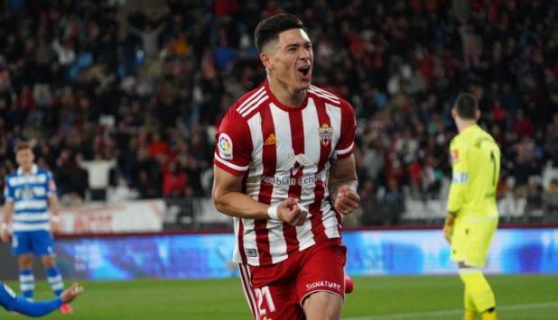 El festejo de Darwin Núñez tras uno de los goles anotados en el Almería-Deportivo.