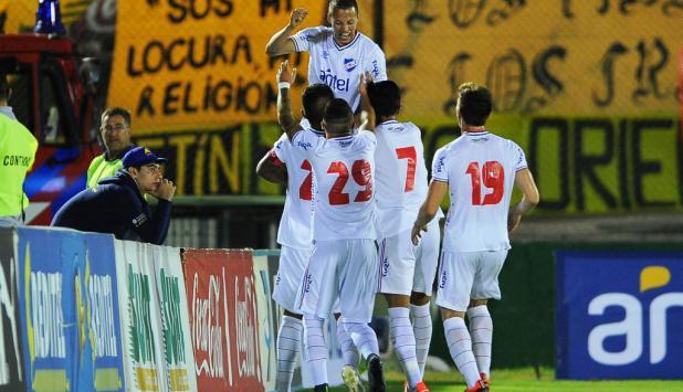 Nicolás López festeja su gol en Nacional-Peñarol. Foto: Nicolás Pereyra