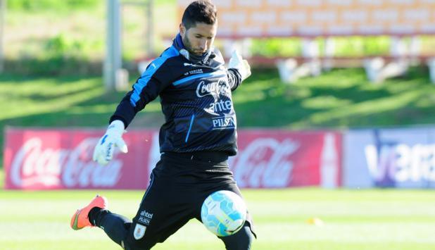 Martín Campaña en el entrenamiento de la selección de Uruguay en el Complejo Celeste. Foto: Marcelo Bonjour