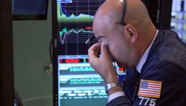 Bolsas volvieron a caer ayer y llevaron a que el dólar subiera. Foto: AFP.