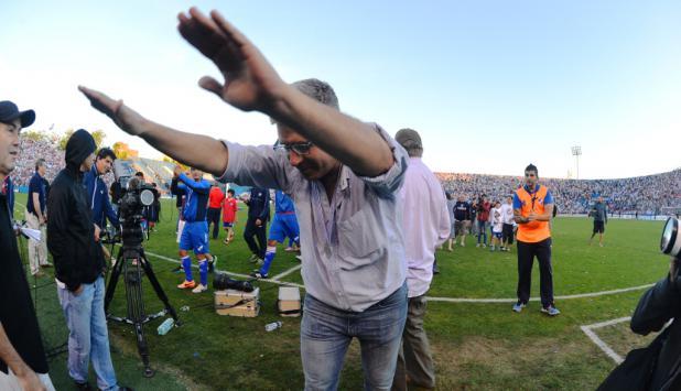 Álvaro Gutiérrez saludando a la hinchada tricolor. Foto: Archivo El País.