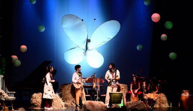 EnCanto al alma conquista al público con una banda en vivo y muchos instrumentos.
