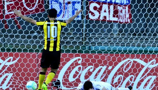 Agustín Rogel desolado. Fue gol en contra antes que la toque Gastón Rodríguez. Foto: Gerardo Pérez