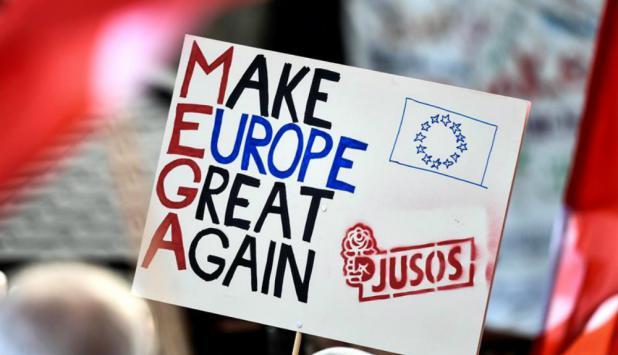 Un simpatizante sostiene un cartel durante un acto de campaña del Partido Socialdemócrata alemán. Foto: EFE
