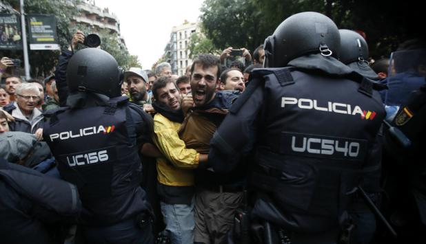 Hubo tensión y forcejeos entre la Policía y las personas concentradas ante los locales. Foto: EFE