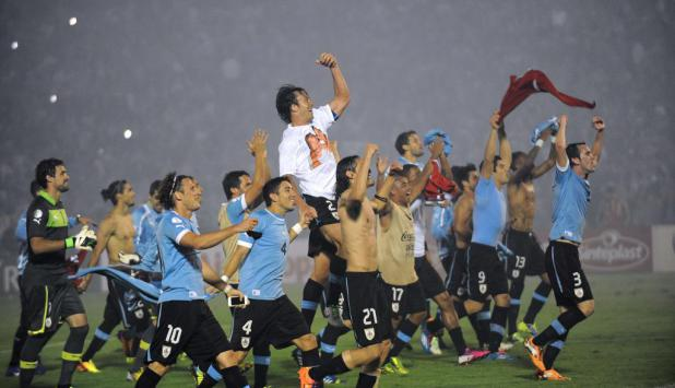 Uruguay superó claramente a Jordania y clasificó a Brasil 2014. Foto: AFP