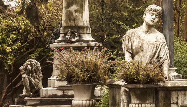 [[File:Panteones de Caídos en Quebracho y Flia. M. Horta.jpg|Panteones de Caídos en Quebracho y Flia. M. Horta]]