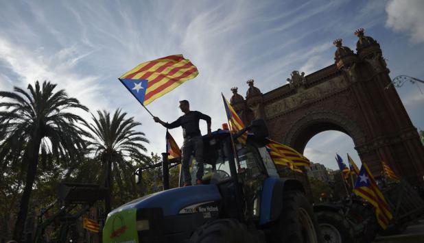 Miles de personas se congregaron cerca del Parlament para seguir la comparecencia de Carles Puigdemont. Foto: AFP