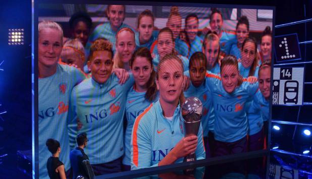 Like Martens con el premio The Best recibido en el vestuario de Holanda. Foto: AFP