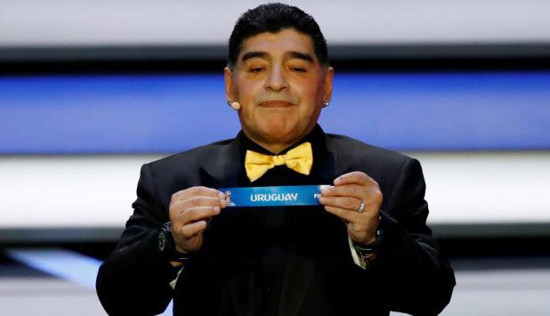 Diego Maradona sacó la bolilla de Uruguay. Foto:Reuters