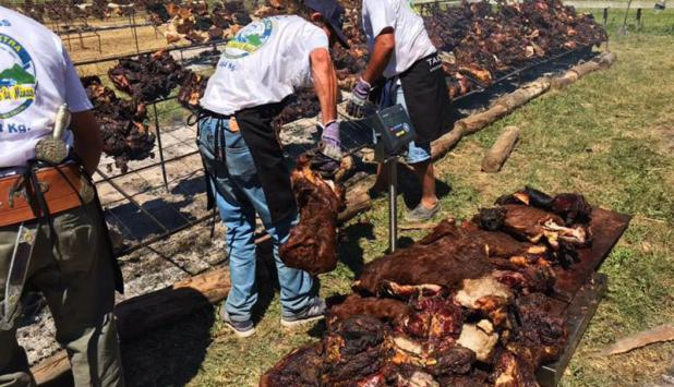 Uruguay cocinó el asado con cuero más grande del mundo. Foto: EFE