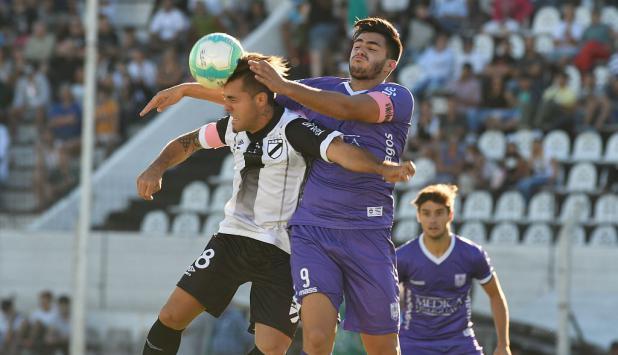 Maximiliano Gómez fue clave en la victoria de Defensor. Foto: Ariel Colmegna