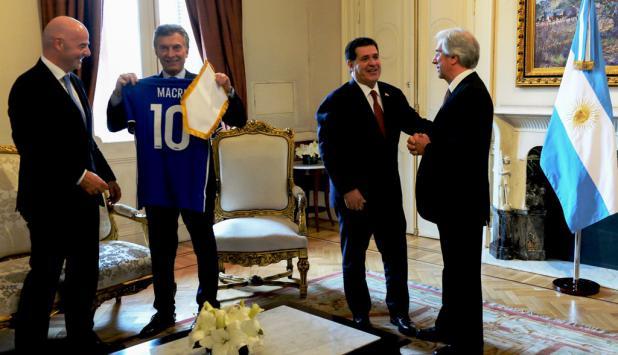 Infantino, Macri, Cartes y Vázquez en Casa Rosada. Foto: Reuters