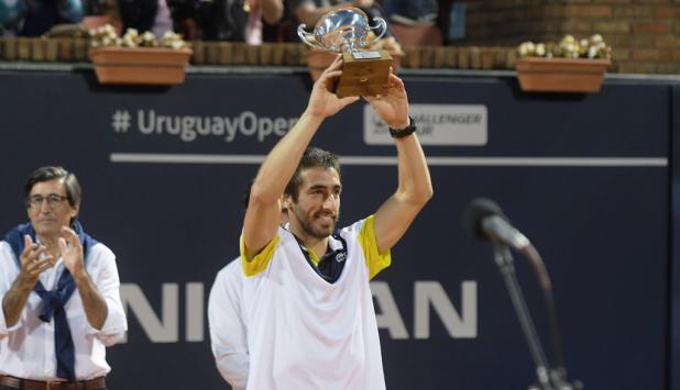 Pablo Cuevas levanta la copa del Uruguayo Open. Foto: Francisco Flores