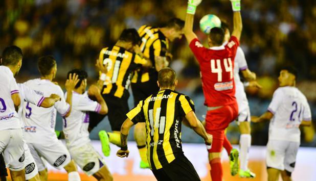 """El """"Cebolla"""" Rodríguez se anticipa a Reyes, mete el cabezazo y le da el gol y la Anual a Peñarol. Foto: Gerardo Pérez"""