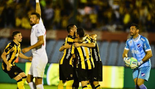 Peñarol festeja el gol de Formiliano en el clásico con Nacional. Foto: Gerardo Pérez